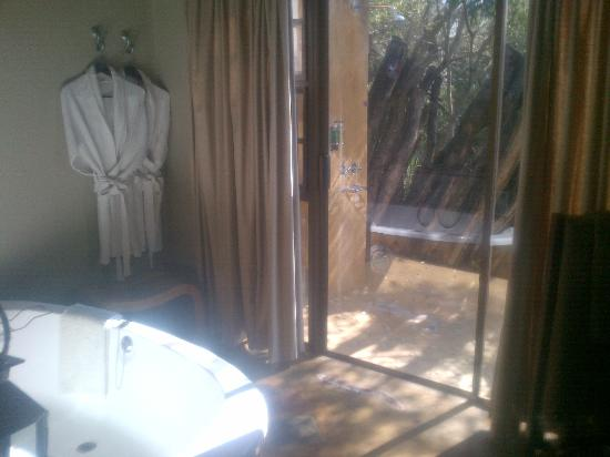 Vuyatela Lodge & Galago Camp: Bathroom and outdoor shower