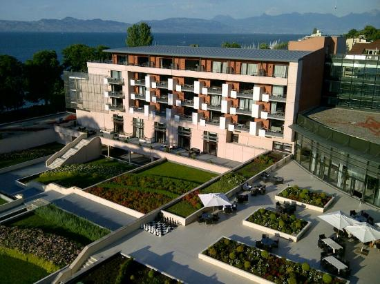 La piscine ext rieure picture of hilton evian les bains for Hotels evian