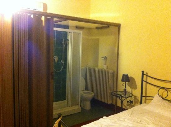San Frediano Mansion: Toilet & the bed are almost together...