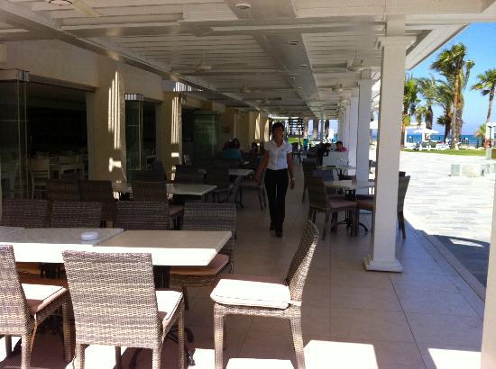Golden Bay Beach Hotel: Thalassa Restaurant terrace
