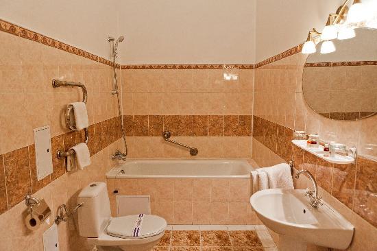 George Hotel: Suite (bathroom)