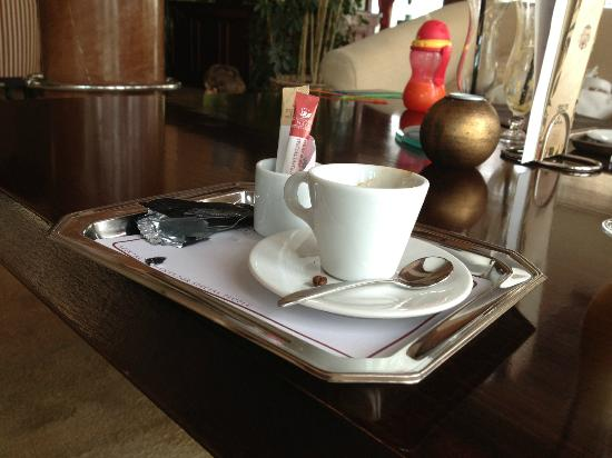Diplomat Plaza Hotel: Coffee in the hotel lobby bar - served with lots of extras