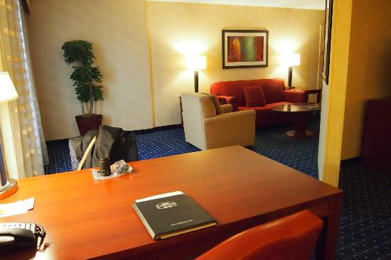 Courtyard by Marriott Detroit Downtown : desk/table and sitting area