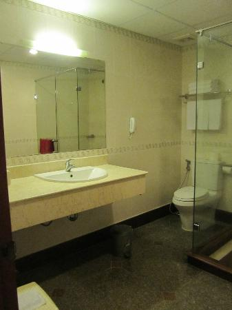 A&EM Signature Hotel: Clean bathroom, amenities replenished daily