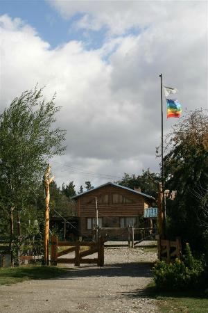 Camping & Hostel Los Coihues: Entrada al Camping y Hostel Los Coihues