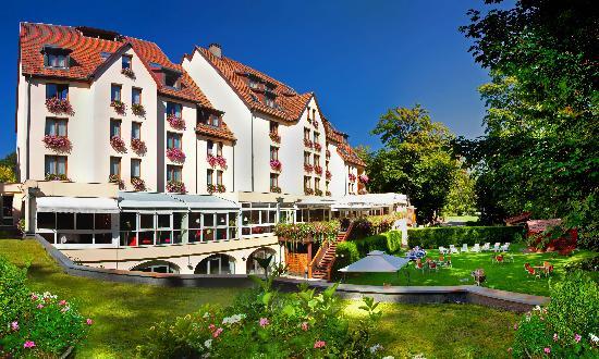 Munster, France: L'hotel et sa terrasse, donnant sur le jardin et la rivière de la Fecht