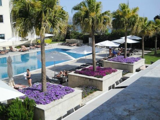 Grande Real Villa Italia Hotel & Spa: Piscina e inizio del parco