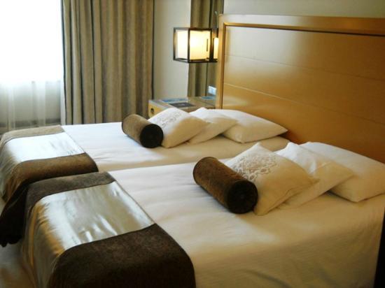 Grande Real Villa Italia Hotel & Spa: La camera ed i suoi comodi letti