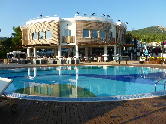 Club Med Bodrum Palmiye : salle de musculation au dessus du bar de la piscine