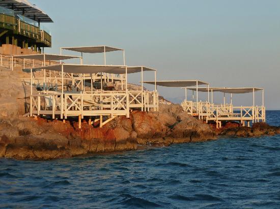 Club Med Bodrum Palmiye: les baldaquins parasols sur la côte rocheuse
