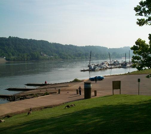 Pullman Plaza Hotel: Beside the River near the hotel