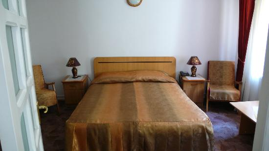 Natural Guesthouse: Bedroom of apartment - bed to soft for me