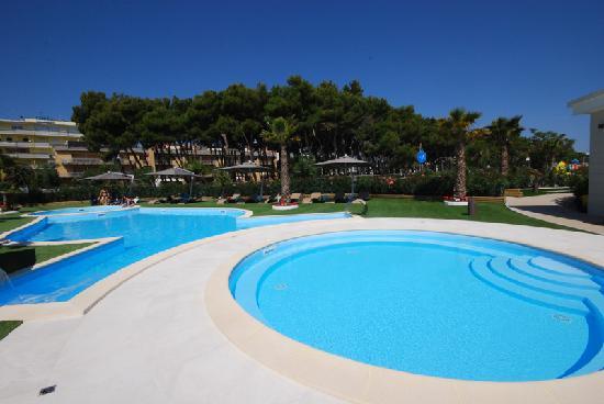 Hotel Sporting: piscina in spiaggia ad Alba Adriatica