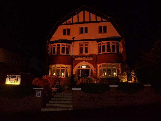 Sunningdale Guest House: Sunningdale on an evening