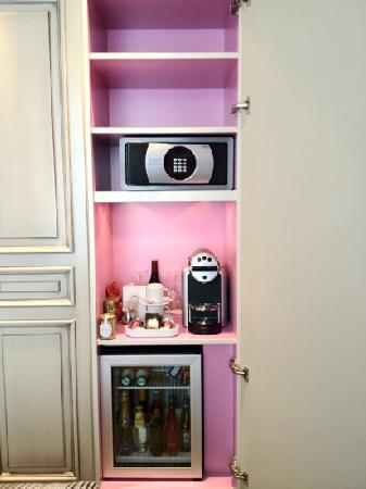 safe and minibar photo de la maison favart paris tripadvisor. Black Bedroom Furniture Sets. Home Design Ideas
