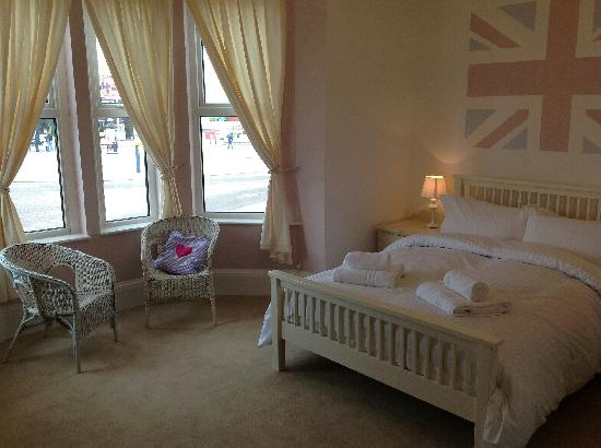 Henrys - The Shabby Chic Cafe: A seaview room