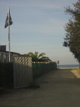 هوتل سافوي: zugang zum strand gegenüber des hotels 