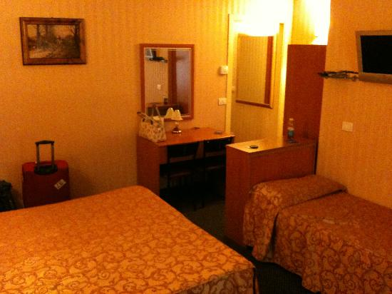 Hotel Montreal: Our spacious and clean room