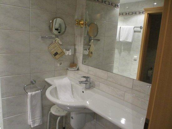 Hotel Schoene Aussicht: Our bathroom