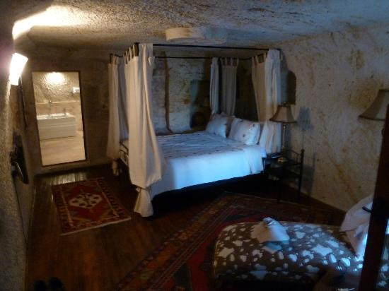 Cappadocia Castle Cave Hotel: Cave bedroom