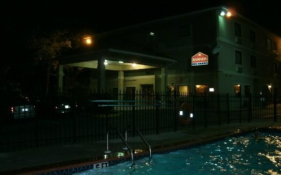 Days Inn Biloxi Beach: Ramada at night