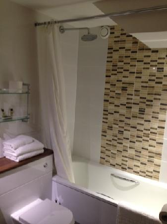 Mandolay Hotel & Conference Centre: bathroom