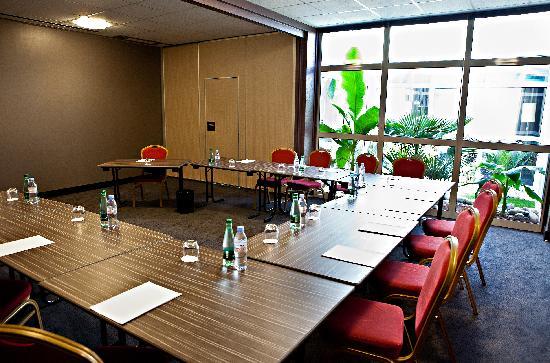 Ibis Styles Chalon sur Saone : 240 m ² de salons climatisés avec jardin intérieur et vue sur le parc ombragée