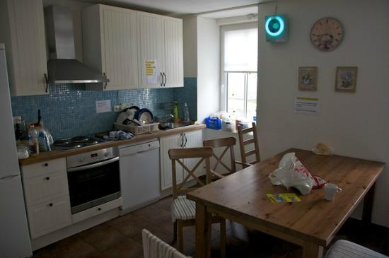 Traveller's Haven: Kitchen / Dining area. Clean and nice. Chill area is just behind this area