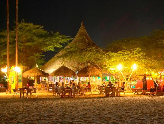 Moomba Beach Bar & Restaurant: Night