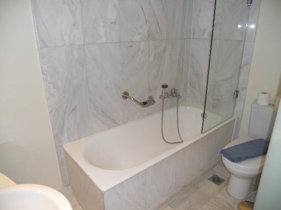 أريون هوتل: bathroom