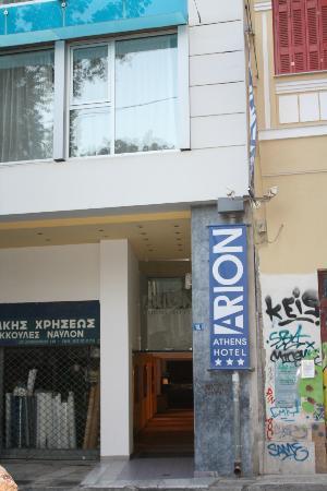 أريون هوتل: entrance to hotel