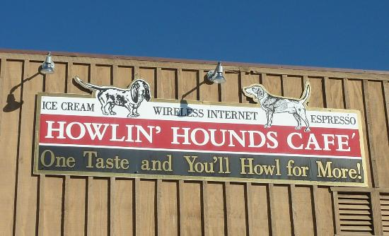 Howlin Hounds Cafe: Sign on building