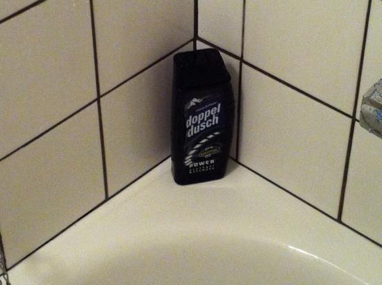 Hotel Goingehof: varför städa bort en halvfull champiflaska från tidigare gäst?