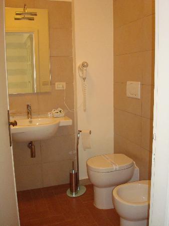 Hotel Bijou : Clean bathroom