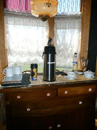Ferris Mansion Bed and Breakfast: Coffee service - note cups on warmer, perfect!