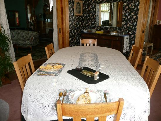 Ferris Mansion Bed and Breakfast: Table for 2! Dining room where breakfast is served.