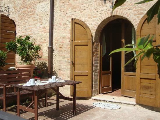 Al Giardino degli Etruschi: Breakfast on the patio