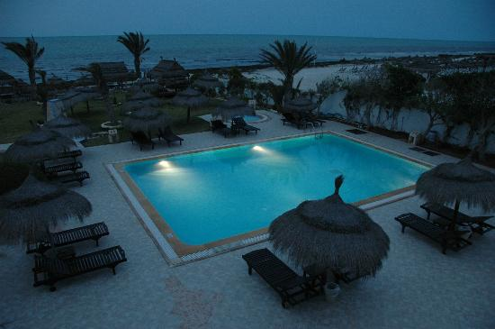 Hotel Dar El Bhar : Poolbeleuchtung am Abend