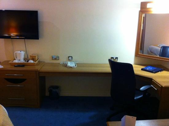 Worcester Whitehouse Hotel: A huge desk in the room