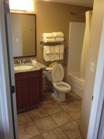 Candlewood Suites Hotel Buffalo / Amherst: our bathroom