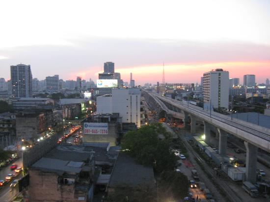 Hotel Union Tower: View of BKK and the Airport train from our room