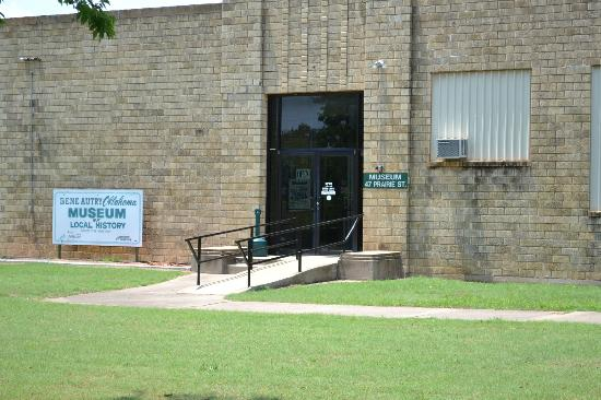 Gene Autry Oklahoma Museum: Gene Autry Museum Entrance on left side of building. Post Office is on the right side of buildi