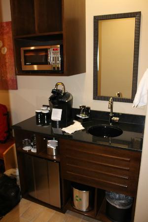 Best Western Premier Ivy Inn & Suites: Wetbar with Keurig coffee maker, fridge