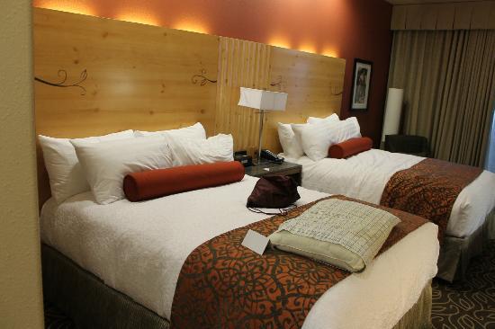 Best Western Premier Ivy Inn & Suites: Comfy beds with good lighting