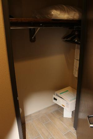 BEST WESTERN PREMIER Ivy Inn & Suites: Closet with safe, iron, ironing board