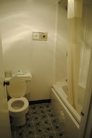 America's Best Value Inn & Suites Eureka: Toilet and tub were dirty!