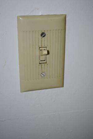 America's Best Value Inn & Suites Eureka: The lightswitch in the bathroom!