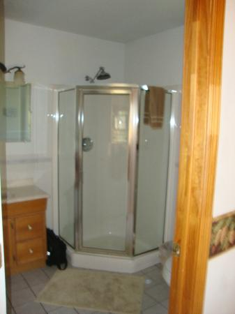 Eureka Sunset Cabins: bathroom in the cottage rooms