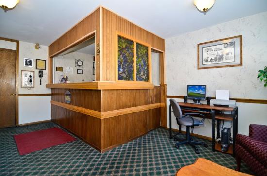 Lancaster Welcome Inn: Front Desk