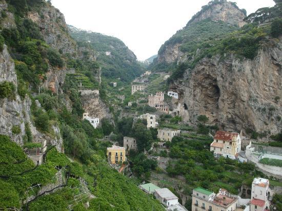 A'  Scalinatella Hostel and  Hotel: Byn upp mot bergen